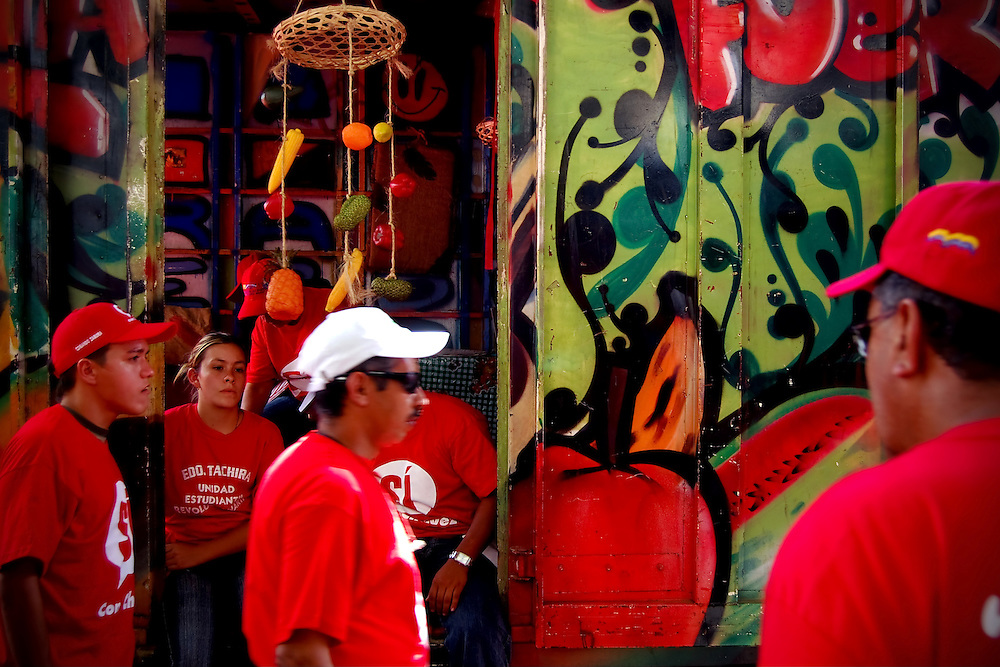 VENEZUELAN POLITICS / POLITICA EN VENEZUELA<br /> March supporters of Hugo Chavez / Marcha de simpatizantes de Hugo Chavez<br /> Caracas - Venezuela 2007<br /> (Copyright © Aaron Sosa)