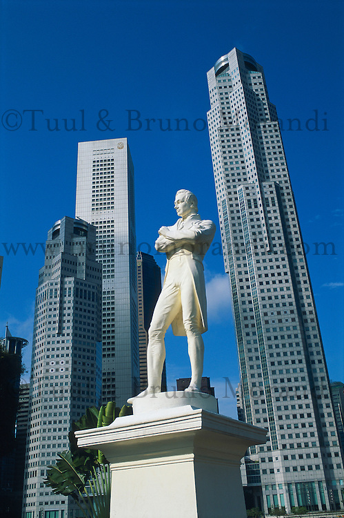 Singapour, La statue de Raffles, Boat Quay et le Busness center. // Singapore. Raffles statue, Boat Quay and Busness center