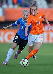 20-05-2015 NED: Nederland - Estland vrouwen, Rotterdam<br /> Oefeninterland Nederlands vrouwenelftal tegen Estland. Dit is een 'uitzwaaiwedstrijd'; het is de laatste wedstrijd die de Nederlandse vrouwen spelen in Nederland, voorafgaand aan het WK damesvoetbal 2015 / Jill Roord #10, Kairi Himanen #3