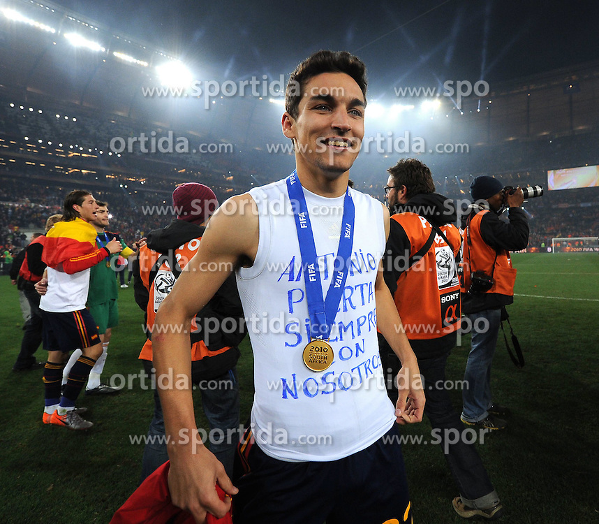 11.07.2010, Soccer-City-Stadion, Johannesburg, RSA, FIFA WM 2010, Finale, Niederlande (NED) vs Spanien (ESP) im Bild Jesus Navas mit der Medaille des Weltmeisters, EXPA Pictures © 2010, PhotoCredit: EXPA/ InsideFoto/ Perottino *** ATTENTION *** FOR AUSTRIA AND SLOVENIA USE ONLY! / SPORTIDA PHOTO AGENCY