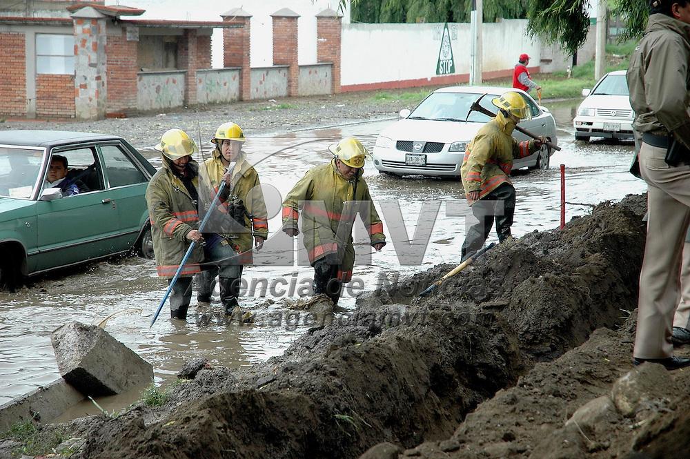 Metepec, M&eacute;x.- Bomberos del municipio de Metepec trabajan en la inundacion de la carretera Toluca - Tenango que se vio afectada por la acumulacion de agua en sus carriles. Agencia MVT / Luis Enrique Hernandez V. (DIGITAL)<br /> <br /> NO ARCHIVAR - NO ARCHIVE