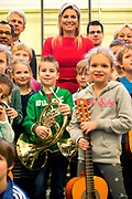 Koningin Maxima tijdens een bezoek aan het muziekproject Ieder Kind een Instrument. Het project heeft tot doel om muziekeducatie in de wijk te verankeren. <br /> <br /> Queen Maxima during a visit to the music project Every Child an instrument. The project aims to anchor. Music education in the district<br /> <br /> Op de foto / On the photo: <br /> <br />  Koningin Maxima in de klas / Queen Maxima at the school