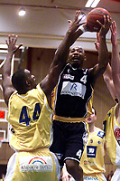 Basketball, 30. januar 2002. BLNO, Asker Aliens - Kongsberg Penguins 75-76. Warren Peebles, Kongsberg, mot Cory Jenkins (44), Asker.