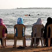 Sur la plage de Tartous, Syrie 2010.<br /> <br /> Ces quatre femmes voil&eacute;es, assises sur la plage de Tartous font face &agrave; l'&icirc;le d'Arwad. Cette ville est une exception syrienne car certaines filles s'y baladent en jean et d&eacute;bardeur alors que d'autres y portent le niqab. Dans l'esprit des Fran&ccedil;ais aller &agrave; la plage rime avec maillot de bain, torse nu etc. Ce qui est vrai pour les hommes syriens mais pas pour toutes les femmes.