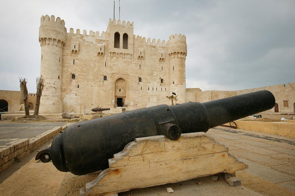 Fort Qaitbay, som ligger innenfor Citadellet, som ble bygget for ca. 400 år siden av Sultan Qaitbay med beskyttelse som formål. Det har blitt brukt flere ganger, senest under en britisk beleiring i 1882. I dag finnes det et lite museum der inne. Tidligere sto det et fyrtårn her som het Pharos Lighthouse (Faros Fyrtårn). I antikkens tidsalder var det den høyeste bygning i verden, og ble derfor regnet som et av verdens sju underverker. Dessverre forsvant fyret i bølgene under et jordskjelv for ca. 500 år siden