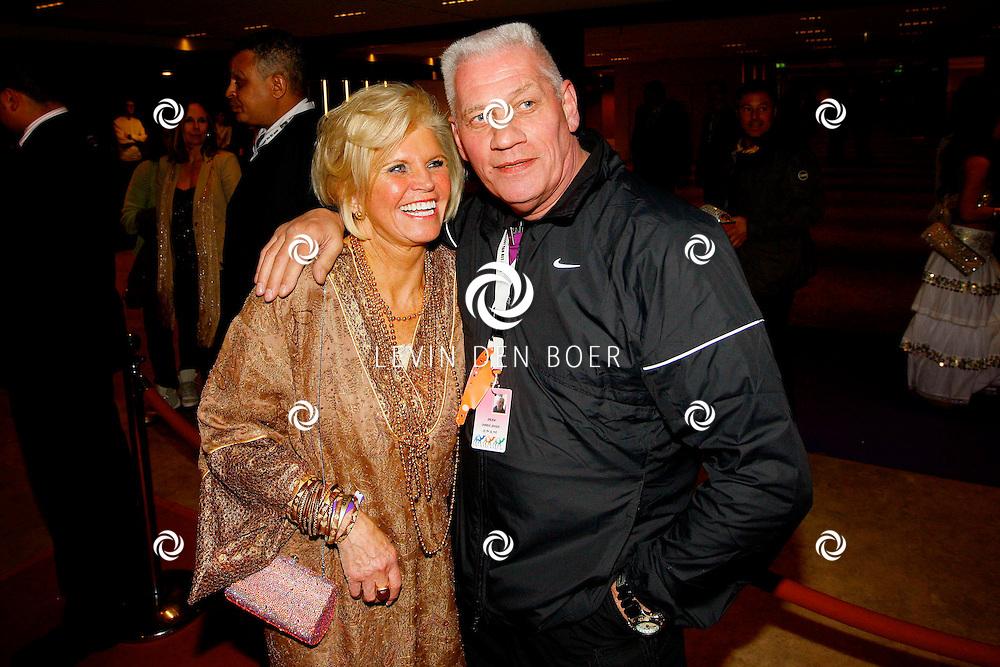 AMSTERDAM - Na het concert van De Toppers is er de welbekende VIP PARTY voor alle bekende Nederlanders. Met hier op de foto Annemarie Bartels en beveiliger Charlie Jansen. FOTO LEVIN DEN BOER - PERSFOTO.NU