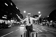 Policier jongleur, jonglierender Polizist, juggling policeman, Lausanne. © Romano P. Riedo