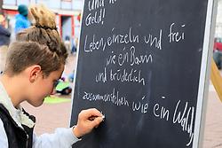 """Bei einer Protestaktion des Stelzen-Masken-Theaters """"Waldwesen"""" aus dem Wendland haben sich viele Bürger/-innen in Lüchow mit den Aktivist/-innen im von der Rodung bedrohten Hambacher Wald in NRW solidarisch erklärt. <br /> <br /> Ort: Lüchow<br /> Copyright: Andreas Conradt<br /> Quelle: PubliXviewinG"""