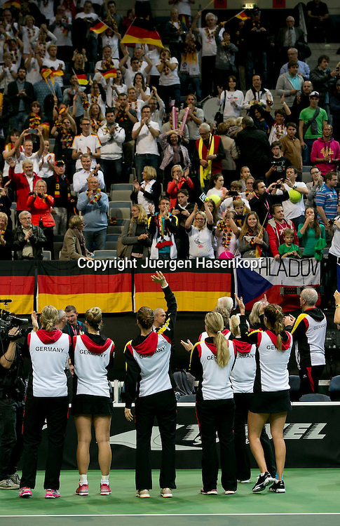 Fed Cup Finale 2014 CZE vs GER in der O2 Arena in Prag,Tschechische Republik,ITF <br /> DamenTennis Turnier,Mannschafts Wettbewerb,Tschechische Republik <br /> gegen Deutschland, Siegerehrung,Praesentation, Team Chefin Barbara Rittner(GER) steht mit ihrer Mannschaft vor dem Fanblock, applaudiert und bedankt sich bei den Fans fuer die Unterstuetzung,Ganzkoerper,Hochformat, Rueckenansicht,von hinten,