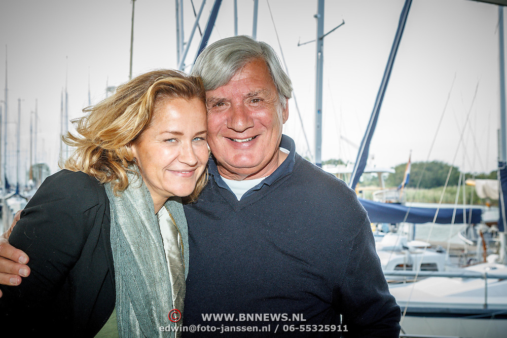 Uitreiking CosmoQueen Award 2015 aan Paulien Huizinga, Paulien Huizinga met Junior Zegger