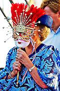 ORANJESTAD - Koningin Beatrix verschuilt zich vrijdag achter een carnavalsmasker dat ze heeft ontvangen tijdens het feest Fiesta Popular in het Linear Park op Aruba. Ook kroonprins Willem-Alexander en prinses Maxima zijn op het feest aanwezig. ANP ROYAL IMAGES ROBIN UTRECHT