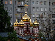 Eine Russisch-Orthodoxe Kirche im Kontrast zu einem Plattenbau im Zentrum von Moskau.<br /> <br /> A Russian Orthodox Church in contrast to a panel house in the center of Moscow.