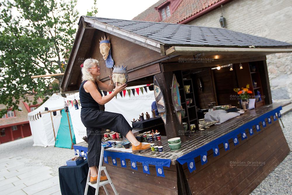 Fra historisk marked, Olavsfestdagene 2011...Marianne Fjærvik setter opp boden til Amfora design lørdag morgen.