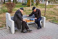 Ouzbekistan, Tashkent, hommes jouant aux echecs dans la rue // Uzbekistan, Tashkent, men chess players in the street