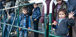 14.10.2015, Bahnhof, Freilassing,GER, Flüchtlingskrise in der EU, im Bild Flüchtlinge mit Kind warten auf dem Bahnsteig auf den Sonderzug // Refugees with Child wait on the platform for the special train, Railway Station, Freilassing, Germany on 2015/10/14. EXPA Pictures © 2015, PhotoCredit: EXPA/ JFK