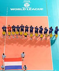 09-06-2013 VOLLEYBAL: WORLD LEAGUE NEDERLANDS - JAPAN: APELDOORN<br /> Nederland wint ook de tweede wedstrijd en verslaat Japan met 3-0 / Line up Nederland met vlag<br /> ©2013-FotoHoogendoorn.nl
