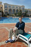 Fotball - Treningsleir La Manga 10. mars 2002. Ketil Rekdal, trener VIF, ved badebassenget på hotellet hvor Vålerenga bor.<br />   <br />Foto: Andreas Fadum, Digitalsport