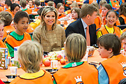Koning Willem-Alexander en  Koningin Maxima hebben de Koningsspelen in Leiden geopend. Na het Koningsontbijt en het optreden van Kinderen voor Kinderen gaven de Koning en Koningin het startsein voor de sportdag en kregen een rondleiding<br /> <br /> <br /> King Willem-Alexander and Maxima Queen opened the King Games in Leiden. After King Breakfast and the occurrence of Children for Children gave the King and Queen launched the sports day and got a tour