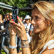 NLD/Amserdam/20150604 - Uitreiking Talkies Terras Award 2015 en onthulling cover, Dani Bles maakt foto met haar iphone