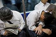 Män sover på tunnelbanan, Tokyo, Japan