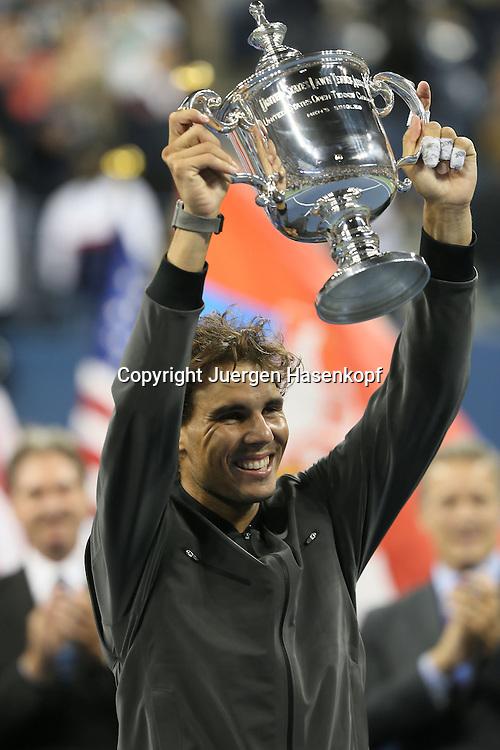 US Open 2013, USTA Billie Jean King National Tennis Center, Flushing Meadows, New York,<br /> ITF Grand Slam Tennis Tournament,Herren Endspiel,Finale,Siegerehrung,Praesentation, Rafael Nadal (ESP) nach seinem Sieg mit Pokal,Halbkoerper,Hochformat