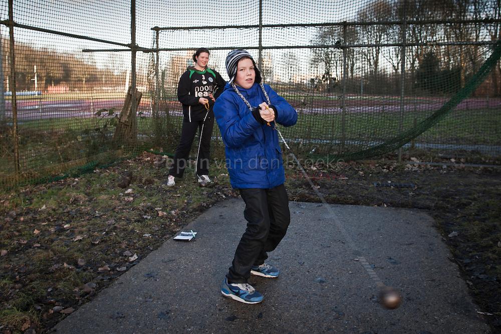 20110203. kogelsligeraar / kogelstoter Eva Reinders en junior verslaggever Sjors Beukeboom. foto: Pepijn van den Broeke. kilometers: 9