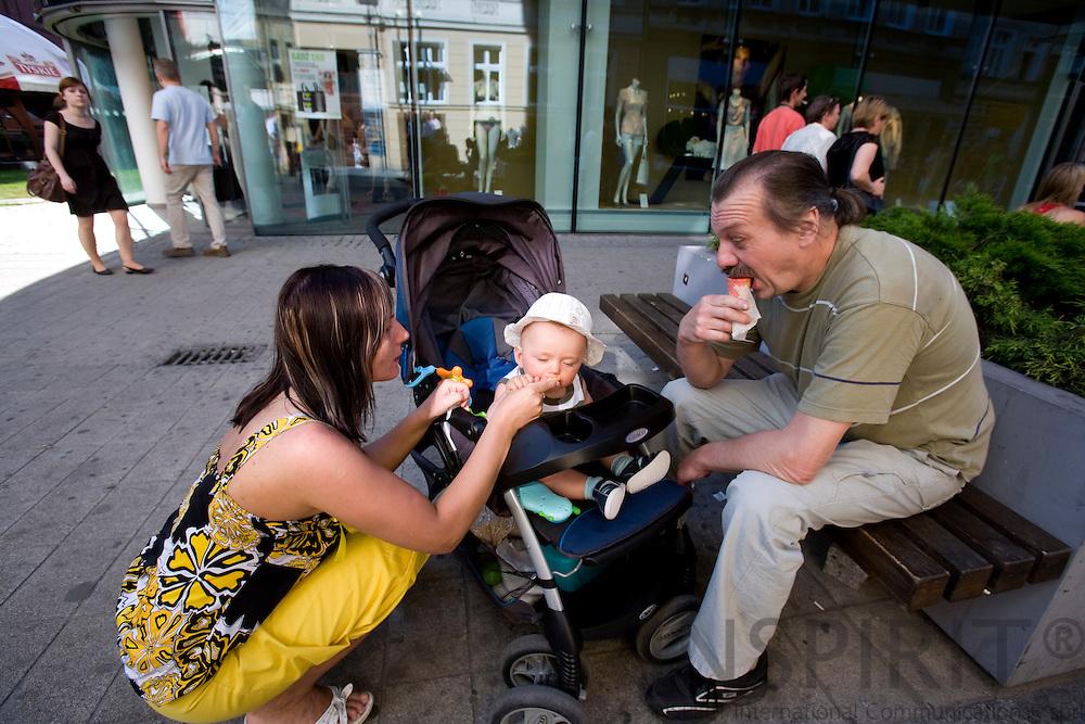 POZNAN - POLAND - 3 JUNE 2008 -- A family enjoys an icecream on the main shopping street. Photo: Erik Luntang/INSPIRIT Photo
