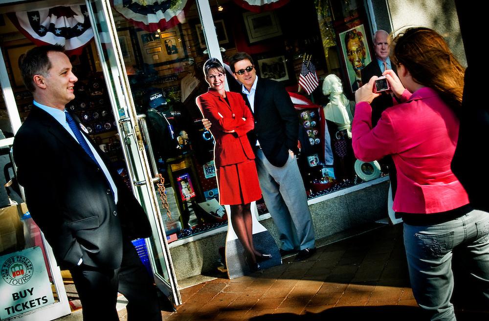 Moderate riksdagsmannen och McCain-anhängaren Mats G Nilsson på besök i Washington DC inför valet...Utanför en souveniraffär i Washington DC fotograferar Alex Maday sin pappa och MacCainsupporter Greg Maday då han poserar med en pappfigur av Sarah Palin. Båda är på besök från Kansas City, Kansas...Photographer: Chris Maluszynski /MOMENT