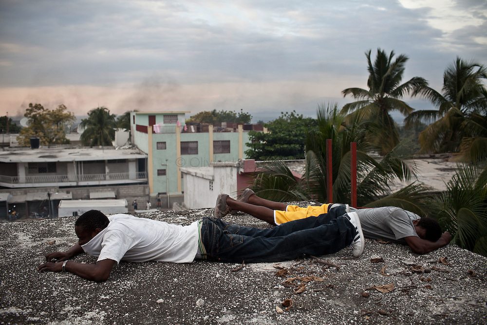 Martelly's supporters demonstrate, in the streets of Port-au-Prince, to protest against the results of the presidential elections and the defeat of their leader, Michel Martelly. /// Martelly's supporters hide on a roof of Port-au-Prince, to escape Minustah's soldiers.