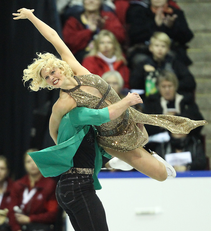 GJR439 -20111029- Mississauga, Ontario,Canada-  Tarrah Harvey  and  Keith Gagnon of Canada perform their free skate at Skate Canada International, in Mississauga, Ontario, October 29, 2011.<br /> AFP PHOTO/Geoff Robins