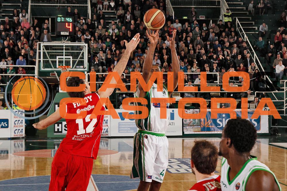 DESCRIZIONE : Avellino Lega A 2012-13 Sidigas Avellino Trenkwalder Reggio Emilia<br /> GIOCATORE : Jimmy Lee Hunter<br /> CATEGORIA : tiro three points shot<br /> SQUADRA : Sidigas Avellino<br /> EVENTO : Campionato Lega A 2012-2013 <br /> GARA : Sidigas Avellino Trenkwalder Reggio Emilia<br /> DATA : 14/04/2013<br /> SPORT : Pallacanestro <br /> AUTORE : Agenzia Ciamillo-Castoria/A. De Lise<br /> Galleria : Lega Basket A 2012-2013  <br /> Fotonotizia : Avellino Lega A 2012-13 Sidigas Avellino Trenkwalder Reggio Emilia