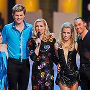 NLD/Hilversum/20110128 - Live show Sterren Dansen op het IJs2011, Tim Dousma en Vivian Reijs luisteren naar  het jury commentaar