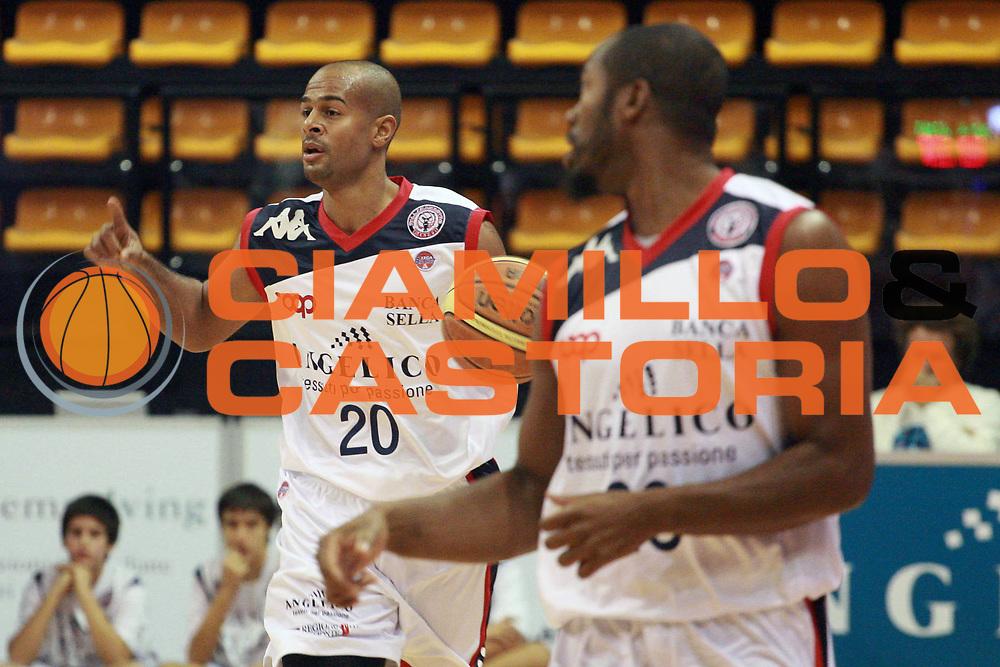 DESCRIZIONE : Biella Lega A 2009-10 Angelico Biella Virtus Bologna<br /> GIOCATORE : Joe Smith<br /> SQUADRA : Angelico Biella<br /> EVENTO : Campionato Lega A 2009-2010 <br /> GARA : Angelico Biella Virtus Bologna<br /> DATA : 18/10/2009 <br /> CATEGORIA : Palleggio<br /> SPORT : Pallacanestro <br /> AUTORE : Agenzia Ciamillo-Castoria/S.Ceretti<br /> Galleria : Lega Basket A1 2009-2010