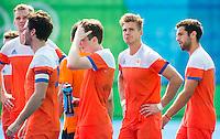 RIO DE JANEIRO  - Teleurstelling bij  oa Sander de Wijn (Ned) (2e rechts), die zijn shoot out mistte, na de verloren hockeywedstrijd heren  om de bronzen medaille ,   Nederland-Duitsland (1-1, tijdens de Olympische Spelen. Duitsland wint de shoot-outs .  vlnr Mirco Pruyser (Ned), Robert van der Horst (Ned) , Seve van Ass (Ned) , Sander de Wijn (Ned) en Valentin Verga (Ned) . COPYRIGHT KOEN SUYK