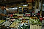 Singapore Mercato cinese Qui si puossono trovare tuttoi i tipi di cibo gradito ai cinesi, dalle rane alle tartarughe ed alle teste di pesce. Qui coem da usanza cinese per esempio il pesce per esempio viene ammazzato sul momento con una bastonata in testa