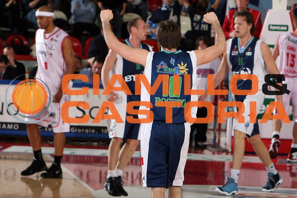 DESCRIZIONE : Teramo Lega A1 2005-06 Navigo.it Teramo BT Roseto<br /> GIOCATORE : Cavaliero<br /> SQUADRA : BT Roseto<br /> EVENTO : Campionato Lega A1 2005-2006 <br /> GARA : Navigo.it Teramo BT Roseto<br /> DATA : 15/04/2006 <br /> CATEGORIA : Esultanza<br /> SPORT : Pallacanestro <br /> AUTORE : Agenzia Ciamillo-Castoria/E.Castoria