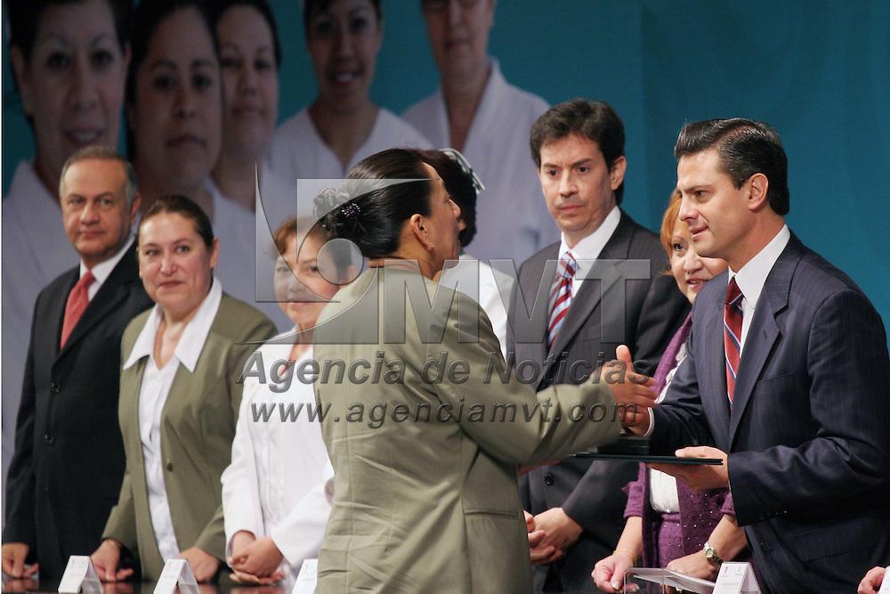 TOLUCA, México.- Enrique Peña Nieto, Gobernador del Estado de México, en su primer acto público encabezo la celebración del día de la enfermera, donde entrego reconocimientos a trabajadoras más destacadas en los diferentes hospitales de la entidad. Agencia MVT / José Hernández. (DIGITAL)
