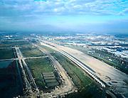 Nederland, Utrecht, Maarssenbroek, 01-12-2005;  autosnelweg A2 (Amsterdam - Utrecht) ter hoogte van het bedrijventerrein in Maarssenbroek; de snelweg wordt aanzienlijk verbreed en zal gedeeltelijk overkapt worden (ter hoogte van de VINEX-lokatie Leidsche Rijn); naast het nieuwe zandlichaam (wat bezig is te 'zetten'), een enorme geluidswal; achterlandverbinding, forenzen, forens, files, milieu, geluidsoverlast,  automobiliteit, verkeer.zie ook andere (lucht)foto's van deze locatie.foto Siebe Swart
