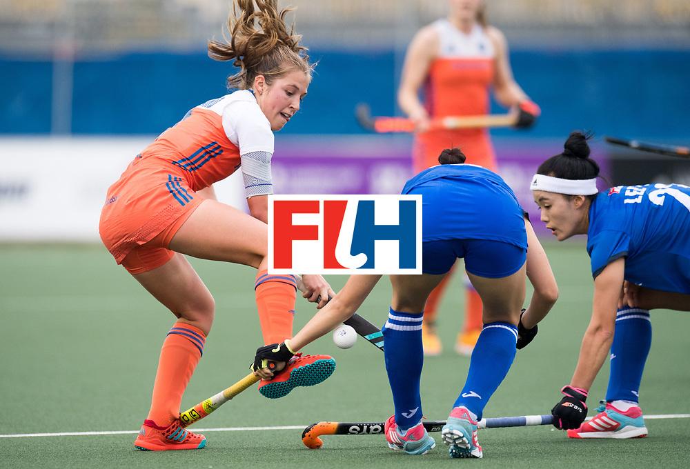 AUCKLAND - Sentinel Hockey World League final women<br /> Match id: 10299<br /> 09 NED v KOR (Pool A)<br /> Foto:  Xan de Waard  ontwoijkt behendig de verdediging.<br /> WORLDSPORTPICS COPYRIGHT FRANK UIJLENBROEK
