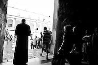 Lecce - Processione precedente la Santa Messa in onore del Santo. Religiosi e fedeli attendono l'ingresso dell'arcivescovo nel Duomo di Lecce.