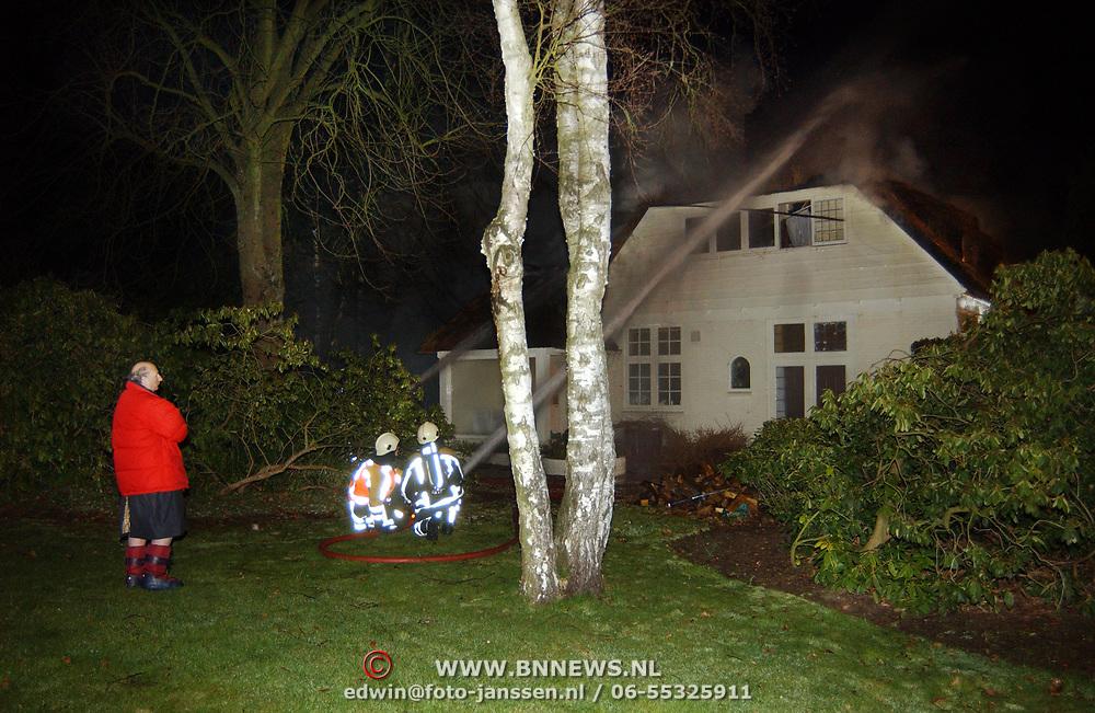 Brand in woning met rieten kap Driftweg 202 Huizen, eigenaar kijkt toe