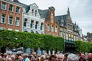 HAARLEM - Burgemeester Jos Wienen van Haarlem spreekt tijdens een demonstratie als steunbetuiging voor de bedreigingen aan zijn adres samen met Kasja Ollongren minister van Binnenlandse Zaken en Koninkrijksrelaties .  copyright robin utrecht
