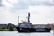 De Arctic Sunrise is aangemeerd in Beverwijk. In IJmuiden is de Arctic Sunrise, het schip van milieuorganisatie Greenpeace dat een jaar door Rusland in beslag is genomen, aangekomen. De voormalige ijsbreker wordt in Amsterdam uit het water gehaald en opgeknapt omdat het gehavend is geraakt toen het aan de ankers lag. De boot van de milieuorganisatie is september 2013 door de Russen ge&euml;nterd en de bemanningsleden vastgezet op verdenking van piraterij. Greenpeace voerde actie bij een boorplatform in de Barentszzee. Als het schip weer is gerepareerd, wil de milieubeweging weer campagnes houden met de Artic Sunrise.<br />