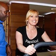 NLD/Amsterdam/20111128 - Opening Personal Gym van Carlos Lens, Bridget Maasland op een fitness apparaat