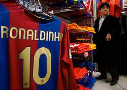 Camisa do Barcelona em uma loja de material esportivo em Tókio. FOTO: Jefferson Bernardes/Preview.com