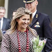 NLD/Utrecht/20150204 - Koningin Maxima bezoekt het Social Pouwerhouse Symposium 'Serious Social Value , Koningin Maxima krijgt bosje tulpen met 35 procent korting aangeboden