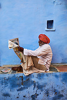 Inde, Rajasthan, Jodhpur la ville bleue, homme lisant le journal // India, Rajasthan, Jodhpur, the blue city, man reading newspaper