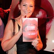 """NLD/Amsterdam/20111109- Boekpresentatie Saskia Noort """"Koorts"""", Saskia Noort met het nieuwe boek"""