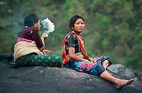 Nepal, porteurs, Les routiers de l'Himalaya. Femme tamang. // Nepal, Porter of Himalaya. Tamang ethnic group womans.
