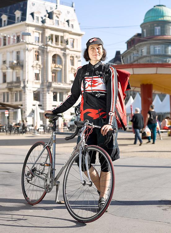 A Propos #11 Portrait von Velokurrierin Valérie Hashimoto auf dem Zentralplatz